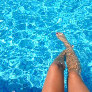 nogi dziewczyny w basenie